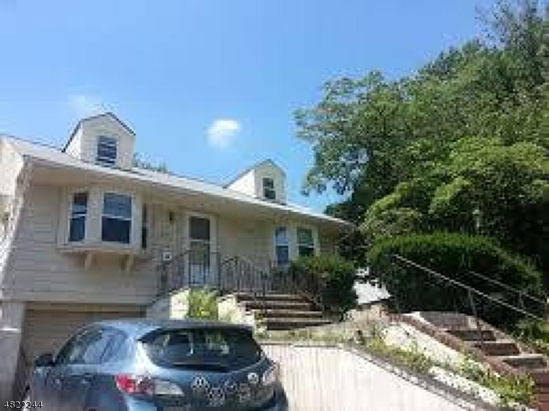 Частный односемейный дом для того Аренда на 455 KINGSLAND Street Nutley, Нью-Джерси 07110 Соединенные Штаты