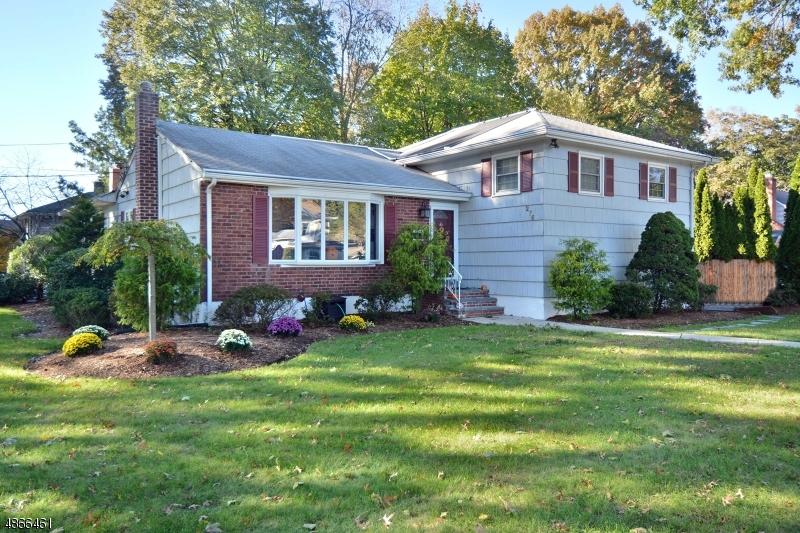 Частный односемейный дом для того Продажа на 276 BEECHWOOD Road Oradell, Нью-Джерси 07649 Соединенные Штаты