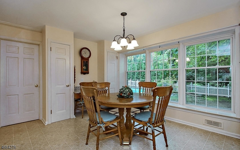 Additional photo for property listing at 10 Highfield Ter  Caldwell, New Jersey 07006 États-Unis