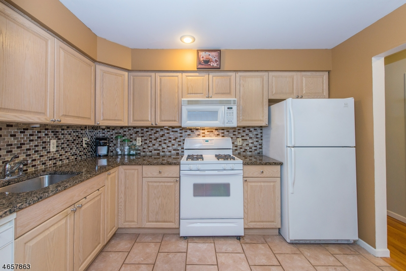 Частный односемейный дом для того Продажа на 1178 Lake Ave, UNIT 8 Clark, Нью-Джерси 07066 Соединенные Штаты