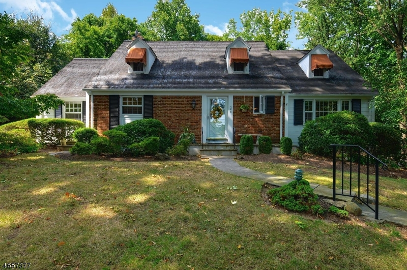 Single Family Home for Sale at 585 Hillside Avenue Mountainside, New Jersey 07092 United States