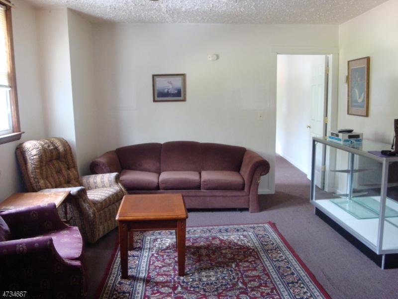 Casa Unifamiliar por un Alquiler en 399 LAKESHORE Drive West Milford, Nueva Jersey 07421 Estados Unidos