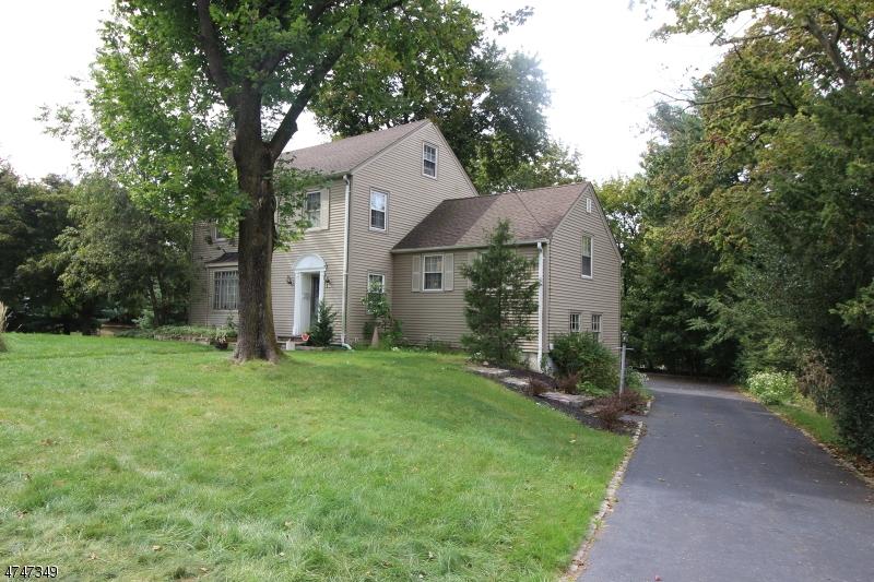 Maison unifamiliale pour l Vente à 42 Ridge Road Little Falls, New Jersey 07424 États-Unis