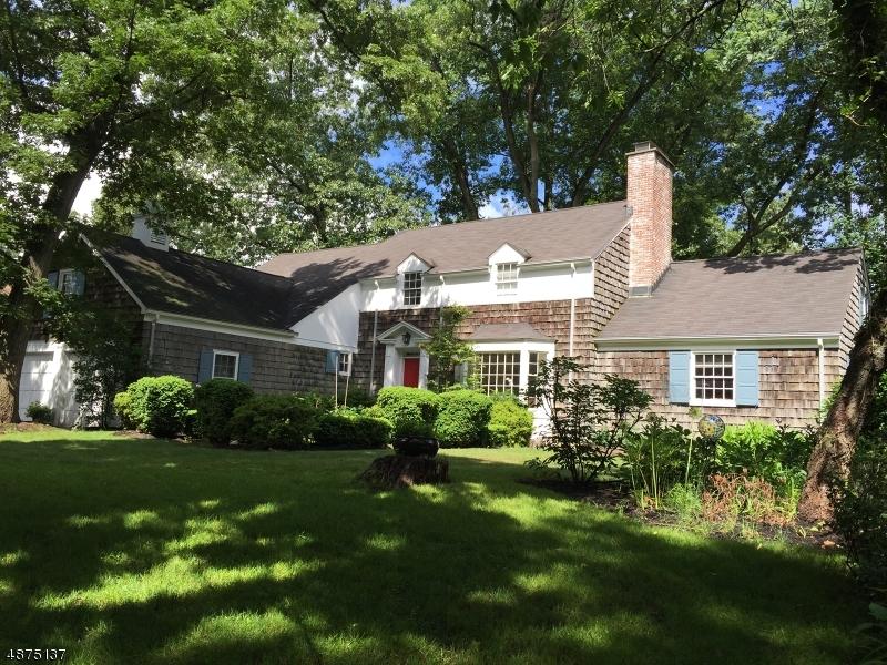 Maison unifamiliale pour l Vente à 11 OAK RIDGE Road Caldwell, New Jersey 07006 États-Unis