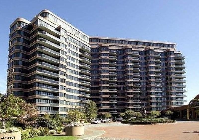 Maison unifamiliale pour l Vente à 100 Winston Dr, CN10C Cliffside Park, New Jersey 07010 États-Unis