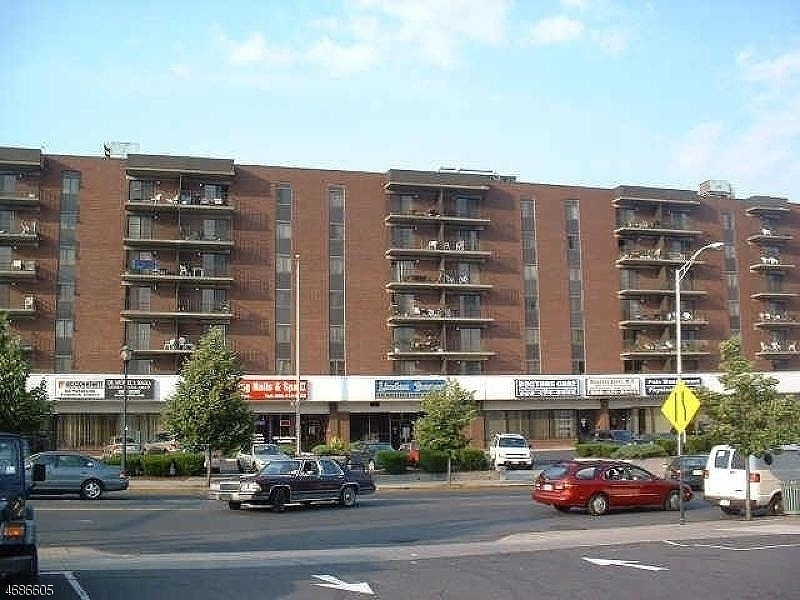 Casa Unifamiliar por un Alquiler en 10 N Wood Ave, UNIT 206 Linden, Nueva Jersey 07036 Estados Unidos