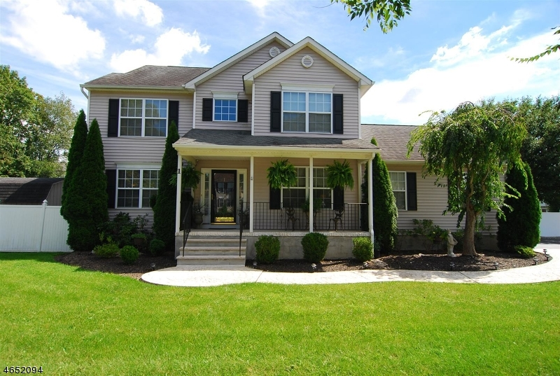 独户住宅 为 销售 在 1 Windsor Drive 1 Windsor Drive 牛顿, 新泽西州 07860 美国