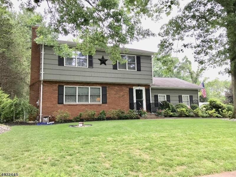 Single Family Homes pour l Vente à Millstone, New Jersey 08844 États-Unis