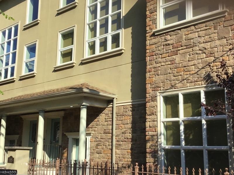 Condo / Townhouse pour l Vente à 595 CHRISTOPHER Street Orange, New Jersey 07050 États-Unis