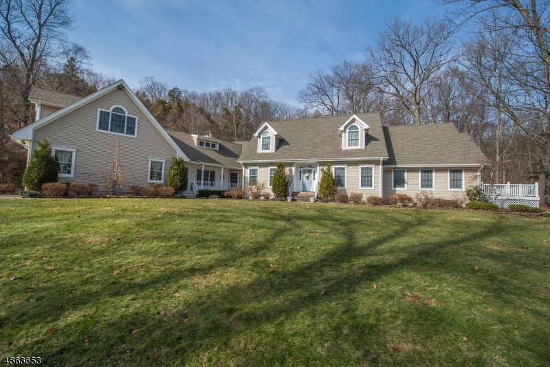独户住宅 为 销售 在 60 PONDEROSA Place 西米尔福德, 新泽西州 07421 美国