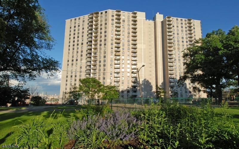 Частный односемейный дом для того Продажа на 100 Manhattan Avenue Union City, 07087 Соединенные Штаты
