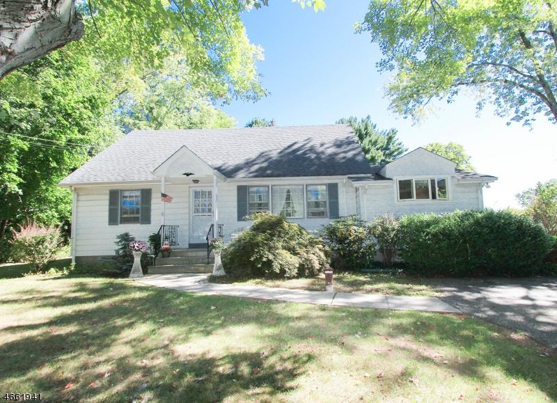 Maison unifamiliale pour l Vente à 6 Cathy Lane Chester, New Jersey 07930 États-Unis