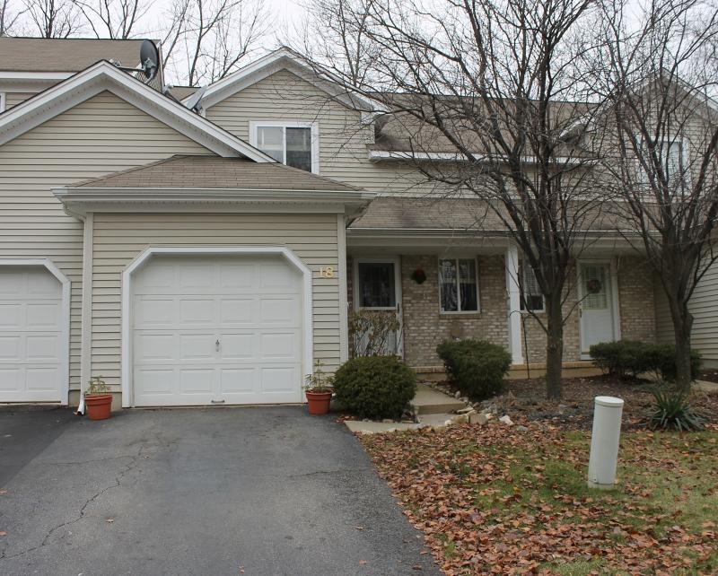 Maison unifamiliale pour l Vente à 18 Sweetwater Lane Hamburg, New Jersey 07419 États-Unis