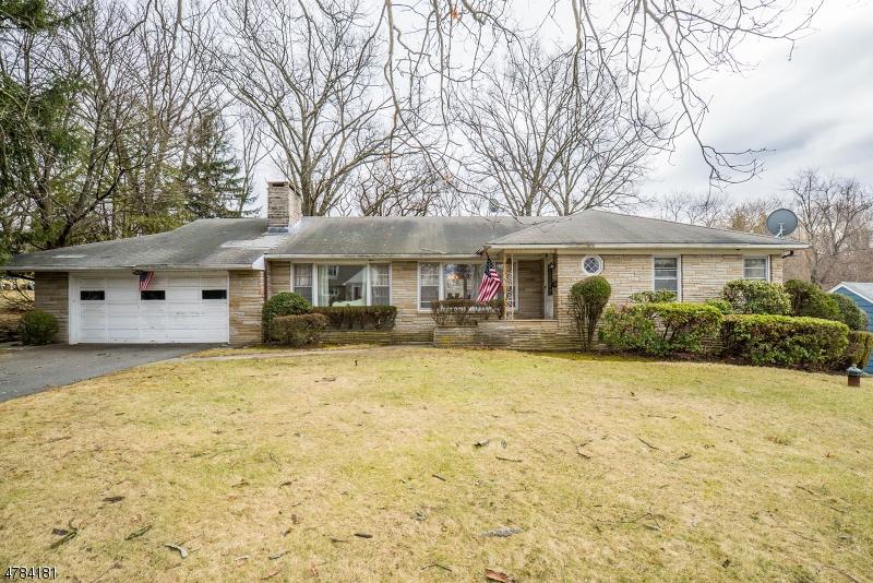 Maison unifamiliale pour l Vente à 34 Jacobus Avenue Little Falls, New Jersey 07424 États-Unis