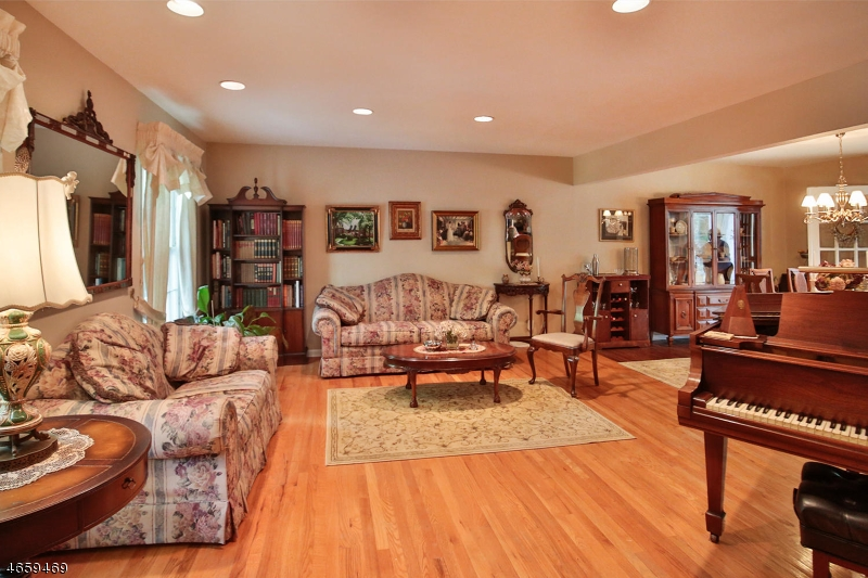 Additional photo for property listing at 648 Orangeburgh Road  Westwood, New Jersey 07675 États-Unis