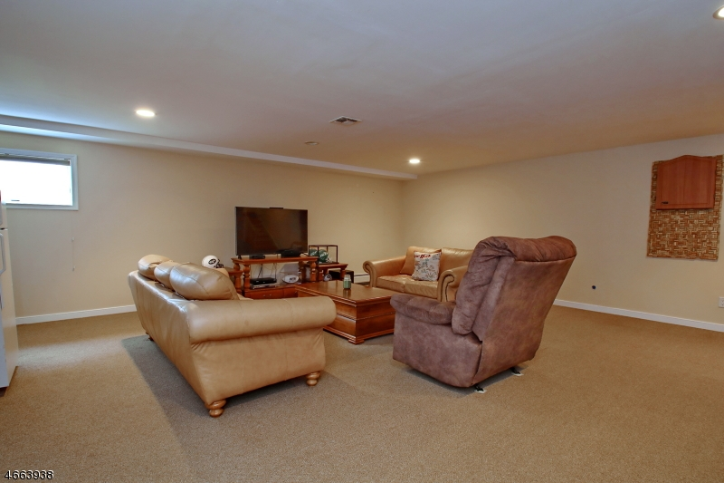 Additional photo for property listing at 2 Maple Avenue  Waldwick, Нью-Джерси 07463 Соединенные Штаты
