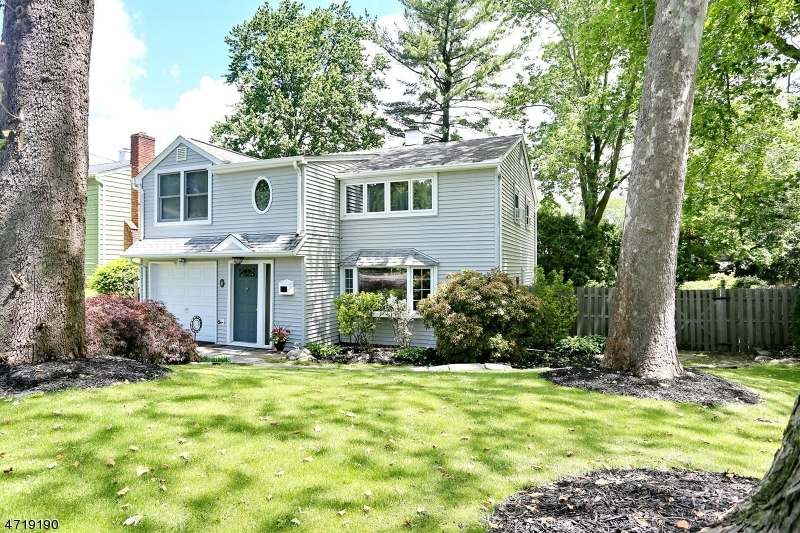 Single Family Home for Sale at 31 Streetuart Street Waldwick, New Jersey 07463 United States