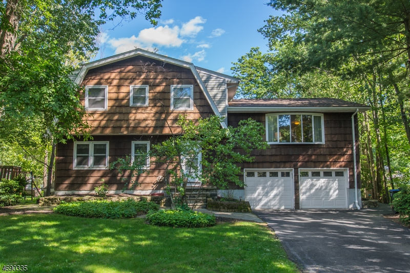Maison unifamiliale pour l Vente à 7 Woodland Drive Greenwood Lake, New York 10925 États-Unis