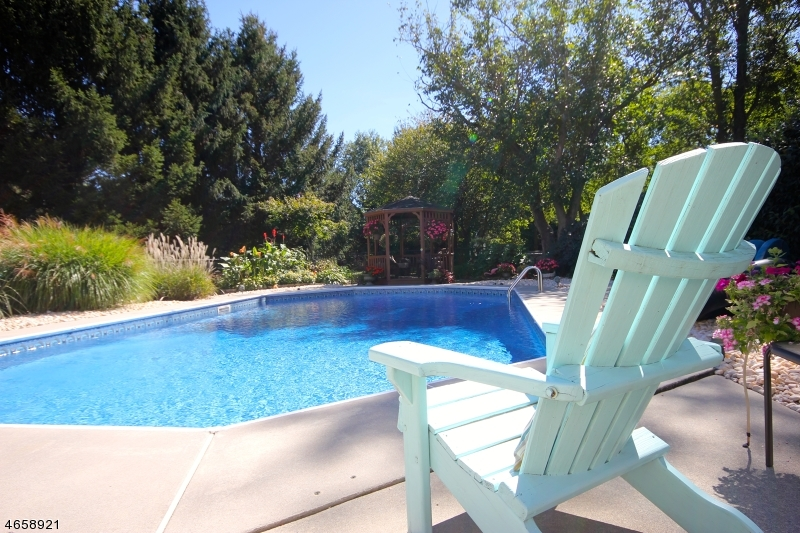 Additional photo for property listing at 606 Debra Lane  Stewartsville, Нью-Джерси 08886 Соединенные Штаты
