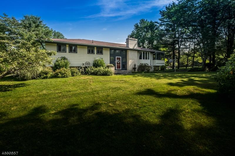 Einfamilienhaus für Verkauf beim 1 Manor Drive 1 Manor Drive Andover Township, New Jersey 07860 Vereinigte Staaten
