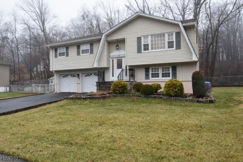Single Family Homes для того Продажа на Bloomingdale, Нью-Джерси 07403 Соединенные Штаты