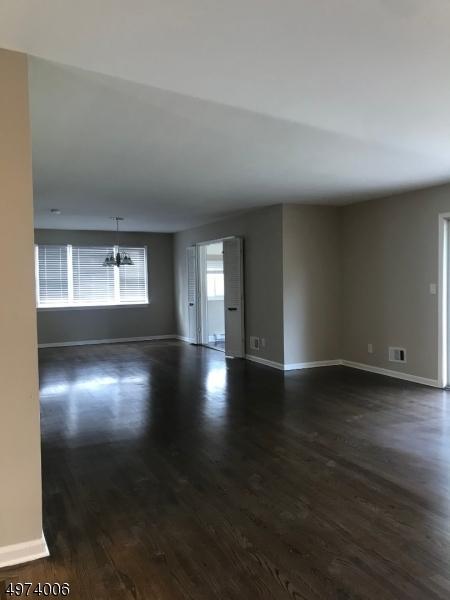Single Family Homes vì Bán tại Bergenfield, New Jersey 07621 Hoa Kỳ