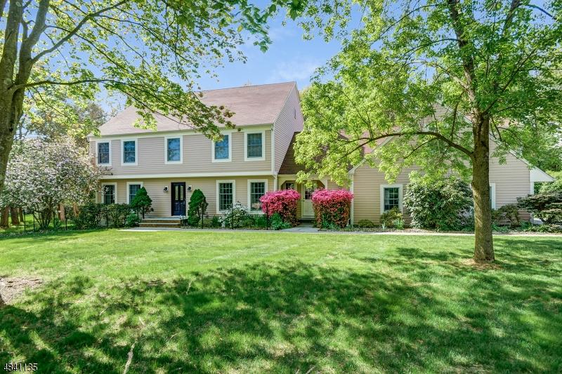 Property pour l Vente à 10 Carriage Way Bernards Township, New Jersey 07920 États-Unis