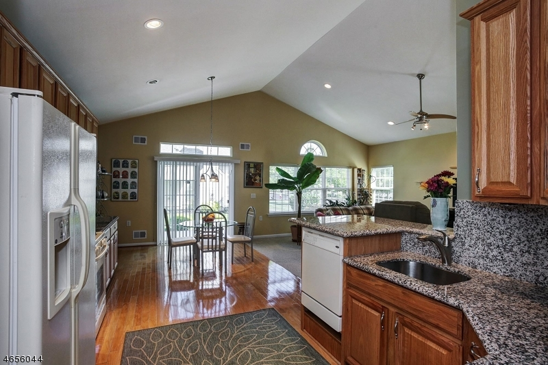 Additional photo for property listing at 2 Esplanade Drive  Somerset, New Jersey 08873 États-Unis