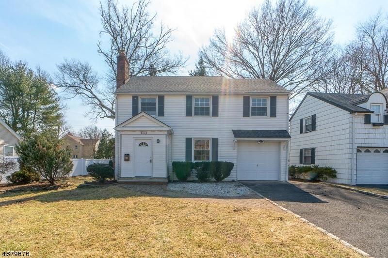 Частный односемейный дом для того Продажа на 1826 QUAKER WAY Union, Нью-Джерси 07083 Соединенные Штаты