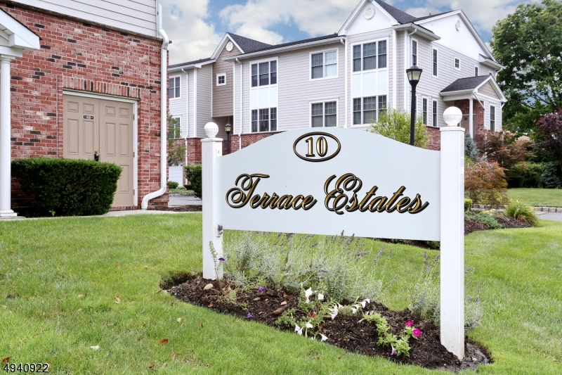 Condominio / Townhouse per Vendita alle ore Hasbrouck Heights, New Jersey 07604 Stati Uniti