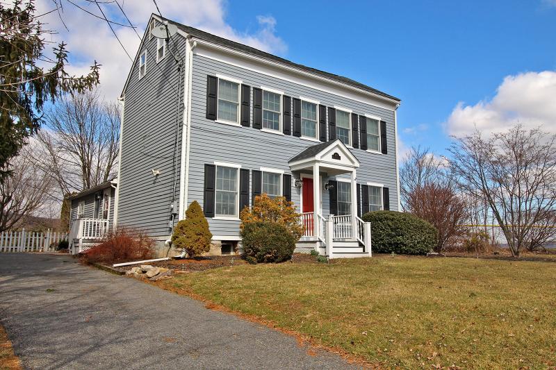 Частный односемейный дом для того Продажа на 107 Willow Grove Road Stewartsville, 08886 Соединенные Штаты