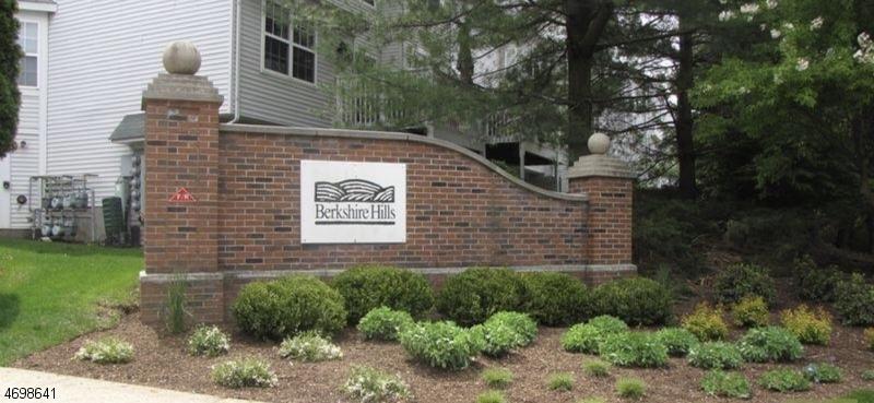 Casa Unifamiliar por un Alquiler en 101 Sheffield Court Denville, Nueva Jersey 07834 Estados Unidos