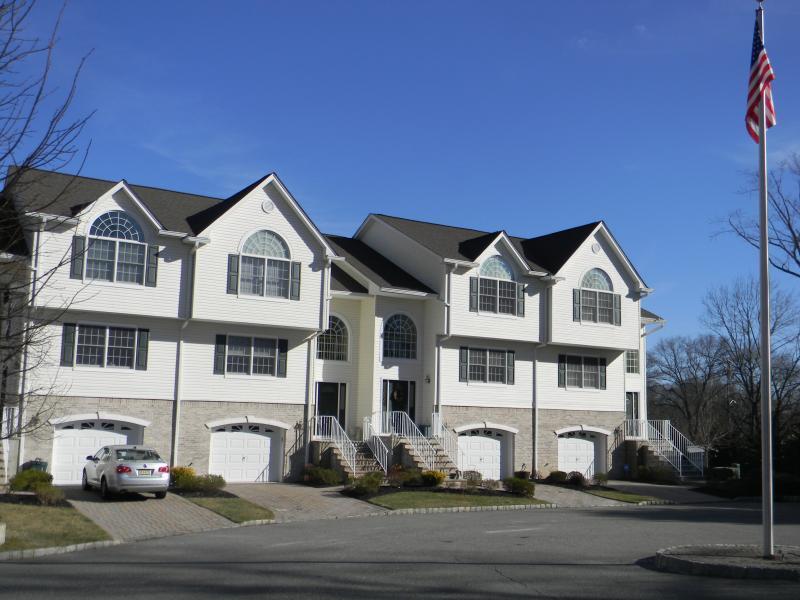 Частный односемейный дом для того Продажа на 12 Sara Kathryn Way Waldwick, Нью-Джерси 07463 Соединенные Штаты