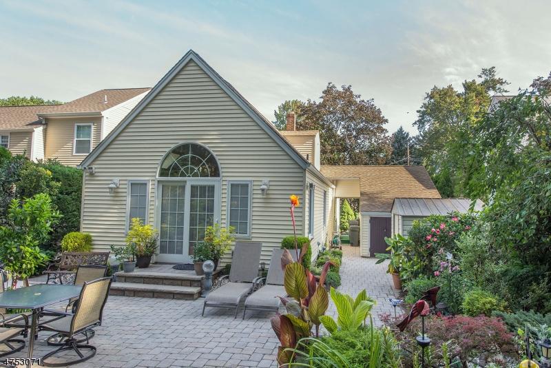 Nhà ở một gia đình vì Bán tại 79 Brunswick Road Cedar Grove, New Jersey 07009 Hoa Kỳ