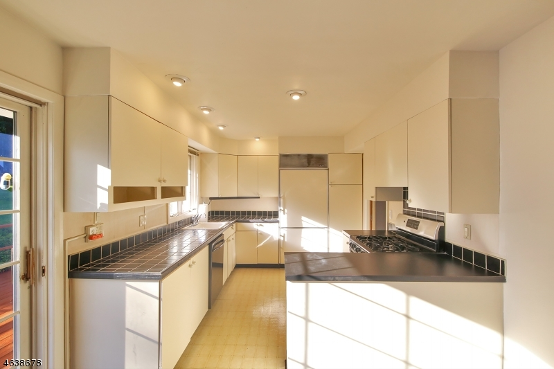 Additional photo for property listing at 32 Skytop Road  雪松林市, 新泽西州 07009 美国