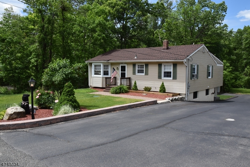 Maison unifamiliale pour l Vente à 55 Brookwood Drive Byram Township, New Jersey 07874 États-Unis