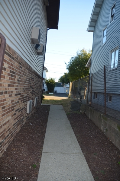 Additional photo for property listing at 8 Sewall Ave Apt 4A 8 Sewall Ave Apt 4A Clifton, New Jersey 07011 Vereinigte Staaten