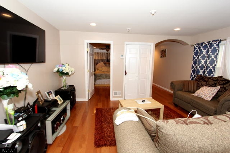 Additional photo for property listing at 82 Thomas Street  Newark, New Jersey 07114 États-Unis