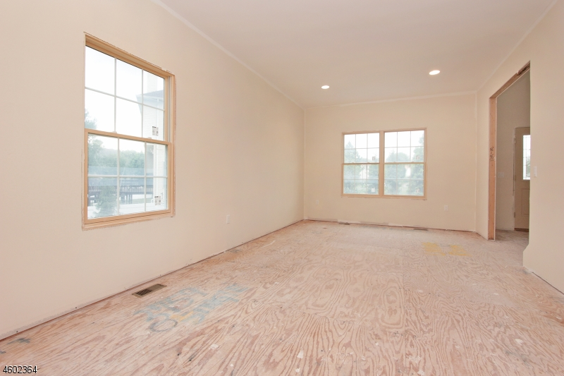 Additional photo for property listing at 14 Sarah Lane  Fairfield, Нью-Джерси 07004 Соединенные Штаты