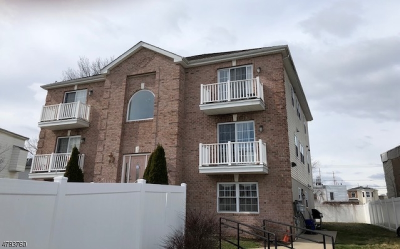 Casa Unifamiliar por un Alquiler en 10 Jeraldo Street Belleville, Nueva Jersey 07109 Estados Unidos