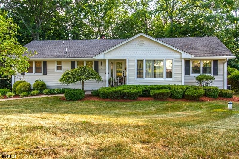 Maison unifamiliale pour l Vente à 32 Partridge Hl Saddle River, New Jersey 07458 États-Unis