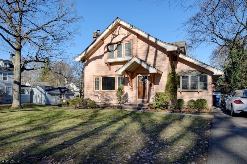 Частный односемейный дом для того Продажа на 28 HUNTER Avenue Fanwood, Нью-Джерси 07023 Соединенные Штаты