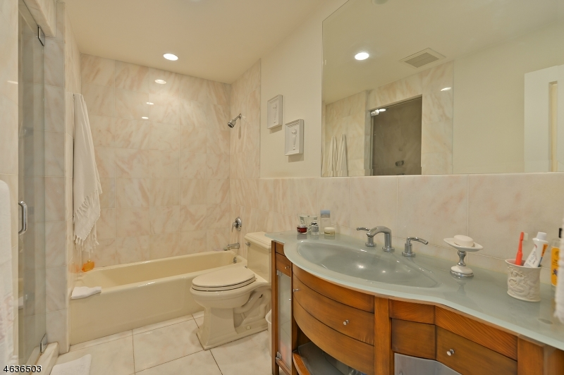 Additional photo for property listing at 18 Massa Lane  Edgewater, Нью-Джерси 07020 Соединенные Штаты