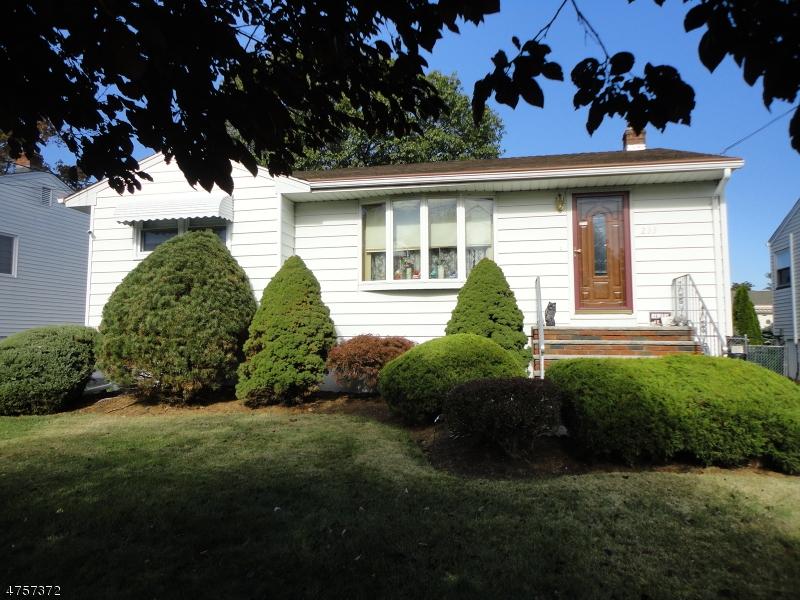 Частный односемейный дом для того Продажа на 233 Colonial Avenue Saddle Brook, Нью-Джерси 07663 Соединенные Штаты