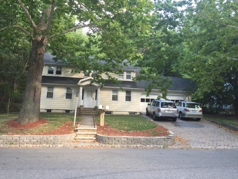 Nhà ở nhiều gia đình vì Bán tại 327 Little Falls Road Cedar Grove, New Jersey 07009 Hoa Kỳ