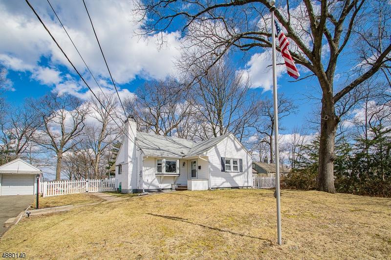 Maison unifamiliale pour l Vente à 45 E SUMMIT Avenue Midland Park, New Jersey 07432 États-Unis