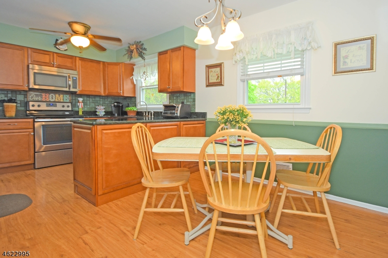 Additional photo for property listing at 31 Sears Place  Wayne, Нью-Джерси 07470 Соединенные Штаты