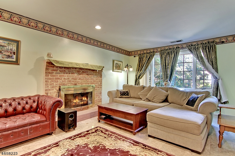 Additional photo for property listing at 10 Liberty Lane  Somerset, New Jersey 08873 États-Unis