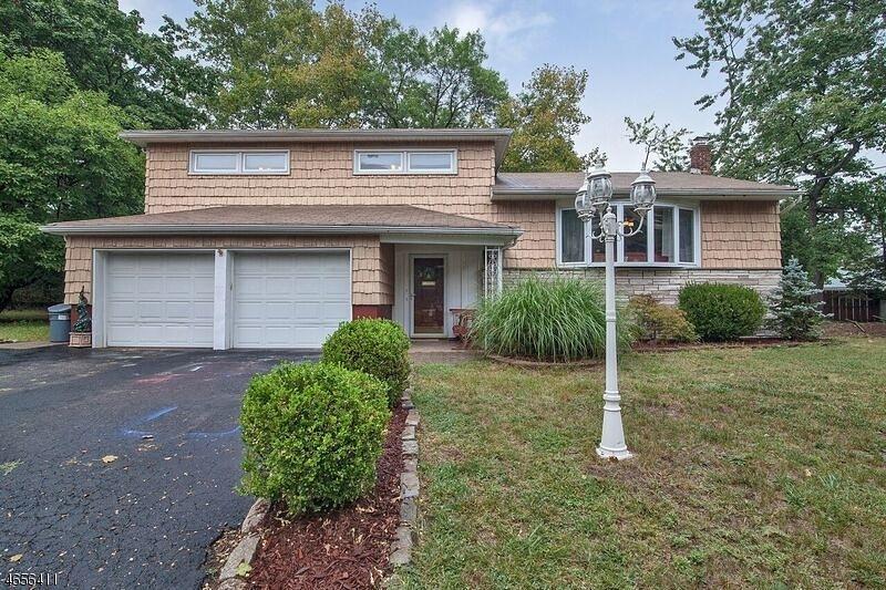 Частный односемейный дом для того Продажа на 15 Robin Court Springfield, Нью-Джерси 07081 Соединенные Штаты