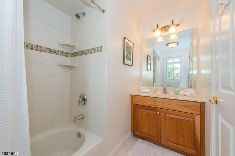 Additional photo for property listing at 15 Haggerty Drive  West Orange, Нью-Джерси 07052 Соединенные Штаты